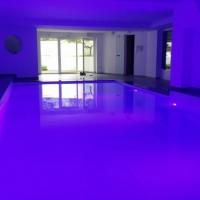 Hallenbad-weiß-LED-blau